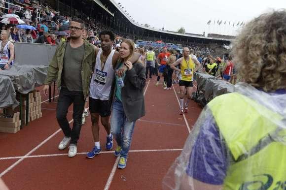 Helt slut vid målgången i Stockholm Marathon 2013